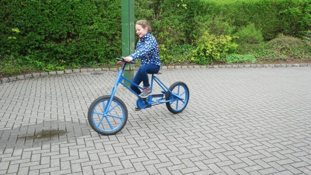 Knap hoor, op die hobbelende gekke fietsen rondjes maken.