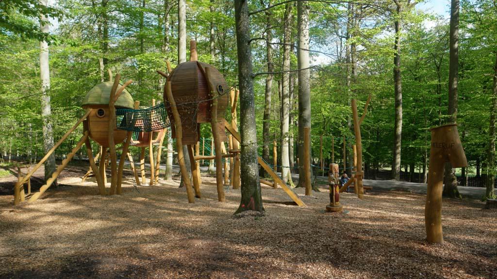 Het nieuwe gedeelte van de speeltuin in het bos.