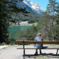 Maureen geniet van het uitzicht op de Lautersee.