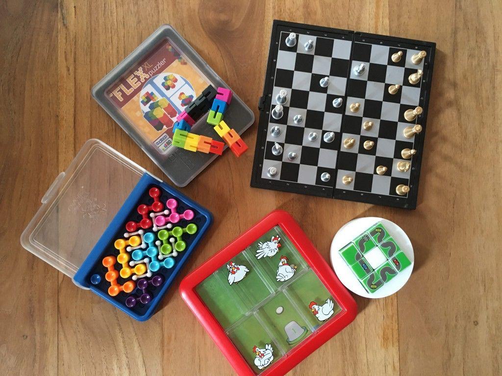 Denkspelletjes en spellen met magneetjes zijn een prima bezigheid tijdens een lange autorit