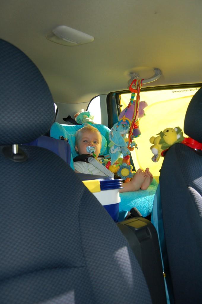 Voor jonge kindjes kun je een speeltje ophangen aan het handvat