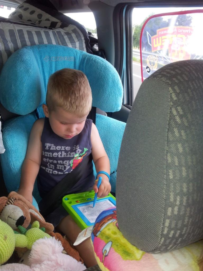 Tekenen op het magneetbord: voor veel kindjes een favoriete bezigheid op de achterbank