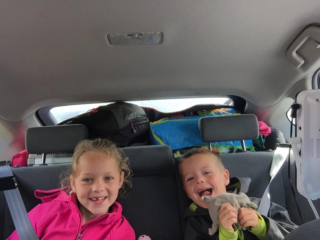 Plezier op de achterbank is heel belangrijk voor een goede sfeer tijdens de lange autorit met kinderen