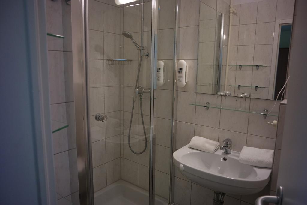 De badkamer heeft alles dat we nodig hebben