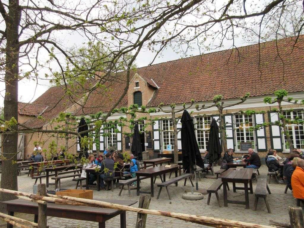 Het terras van Herberg In Sint Gummarus