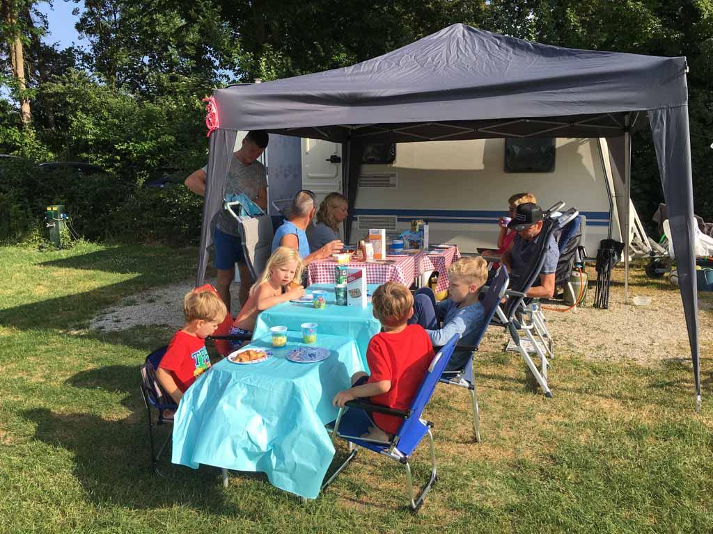 Heerlijk buiten ontbijten met de familie.