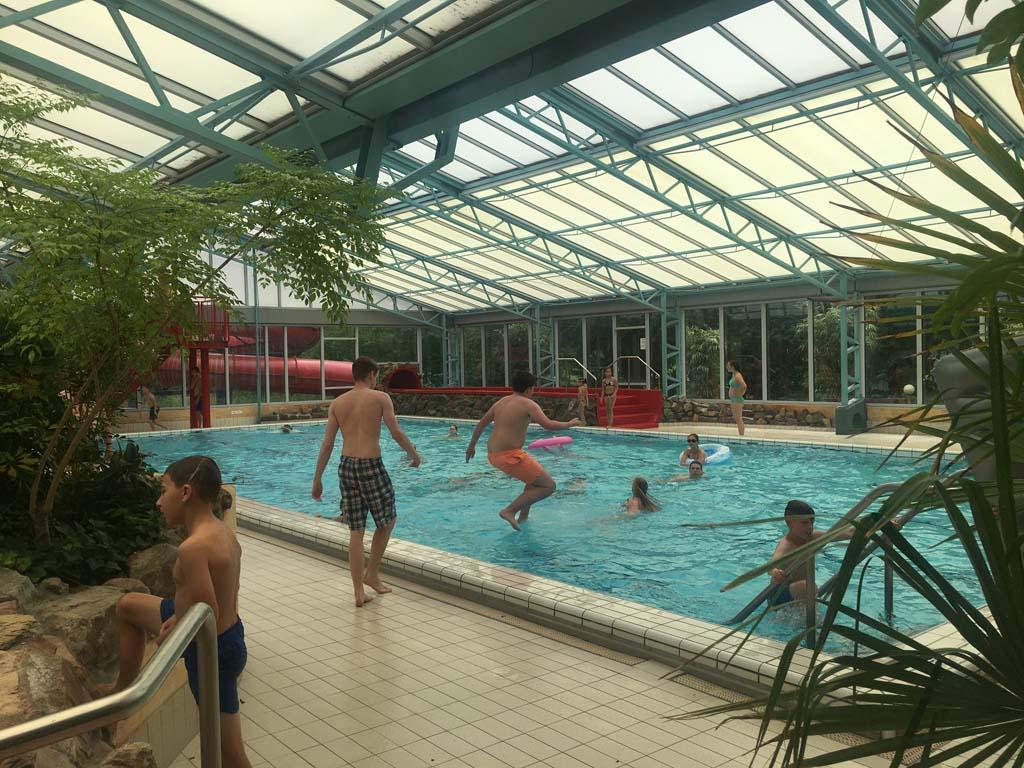 Uiteraard geeft het diepe bad, met daar op uitkomend twee glijbanen, vertier voor de oudere kinderen.