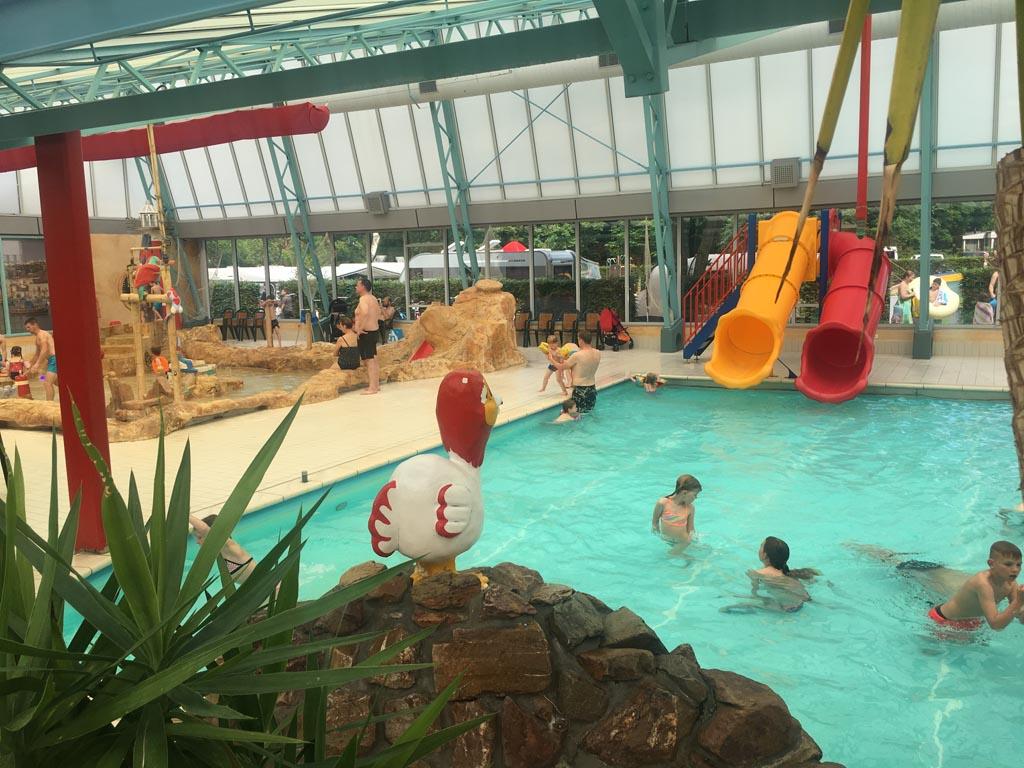 Speciaal voor kleuters en kinderen die net wel/net niet kunnen zwemmen: het 'tussenbad' met twee glijbanen.
