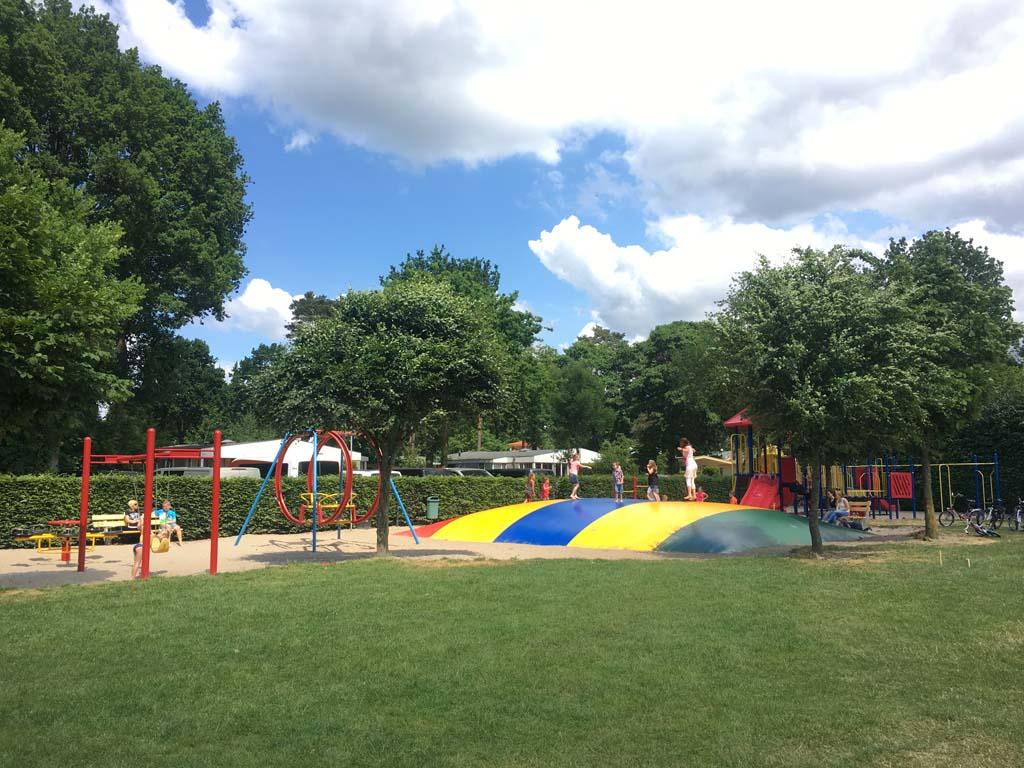 Ook in deze speeltuin van Camping Ardoer Ackersate vermaken de kinderen zich goed.