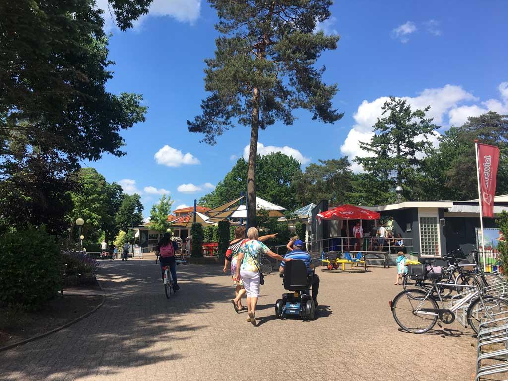De receptie, supermarkt en restaurant van Camping Ardoer Ackersate.