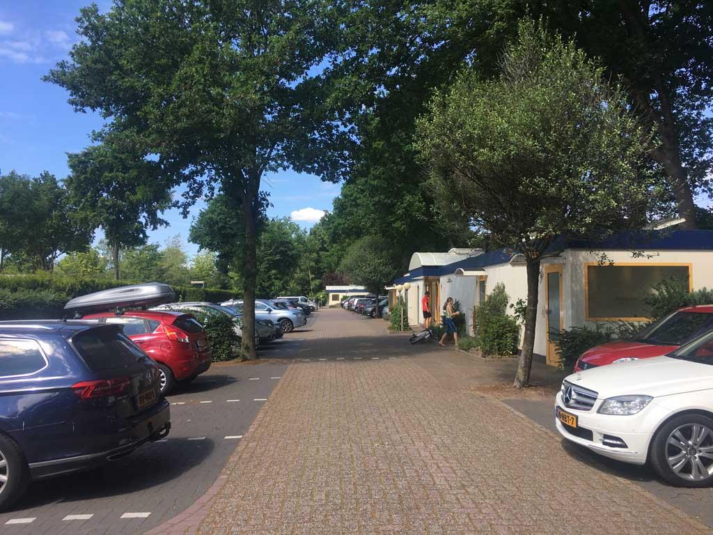 Elk hofje op Camping Ardoer Ackersate beschikt over een sanitairgebouw en parkeerplaatsen. De plaatsen zelf zijn autovrij. Zo kun je de kinderen daar rustig laten spelen.