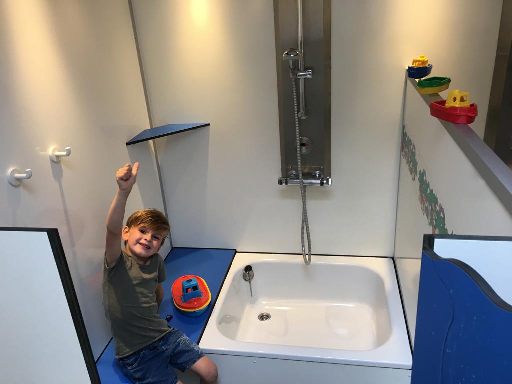 Deze camping maakt het kamperen met kleine kinderen gemakkelijk. Het sanitair is er bijvoorbeeld helemaal op ingericht.