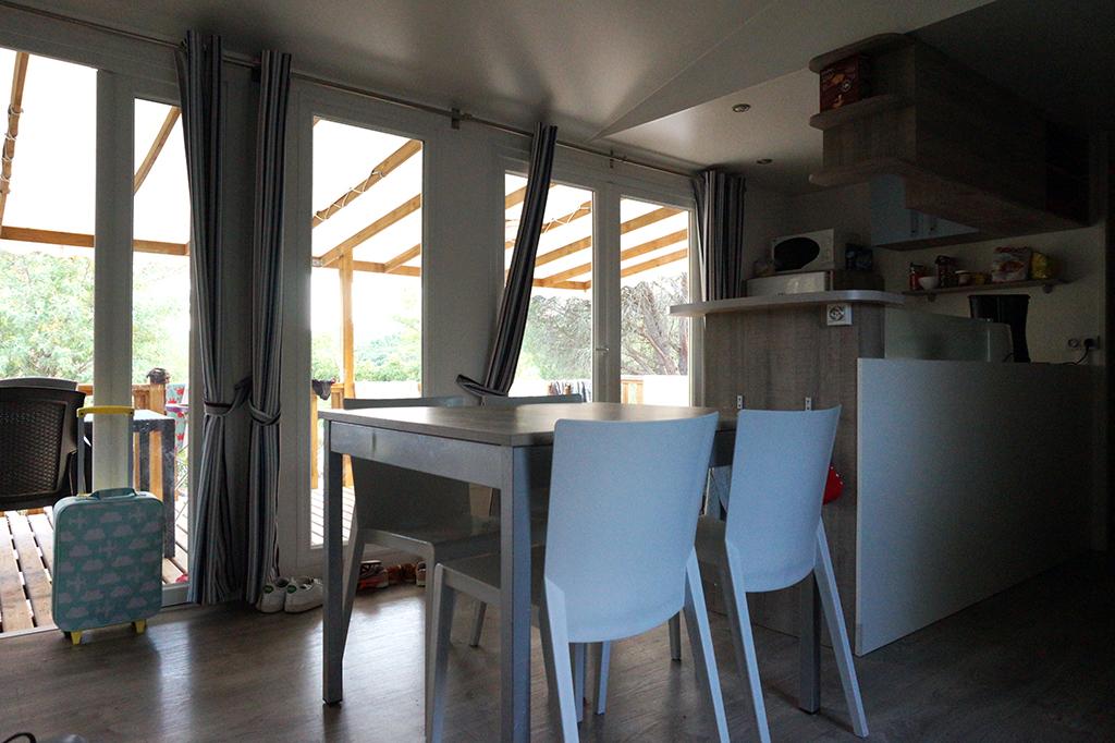 Camping Domaine de la Bergerie_De eettafel in de mobil home