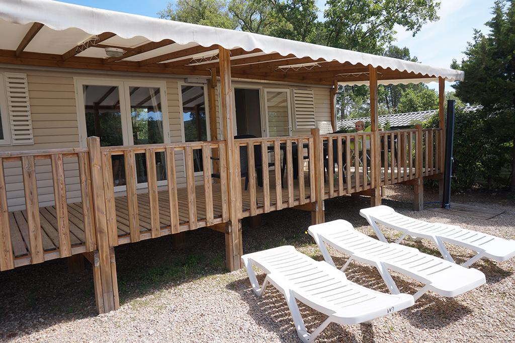 Camping Domaine de la Bergerie_Veranda en tuin met ligbedjes