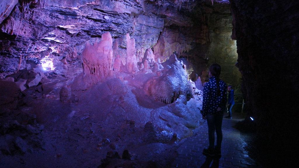 De verlichting maakt de grot sprookjesachtig mooi.