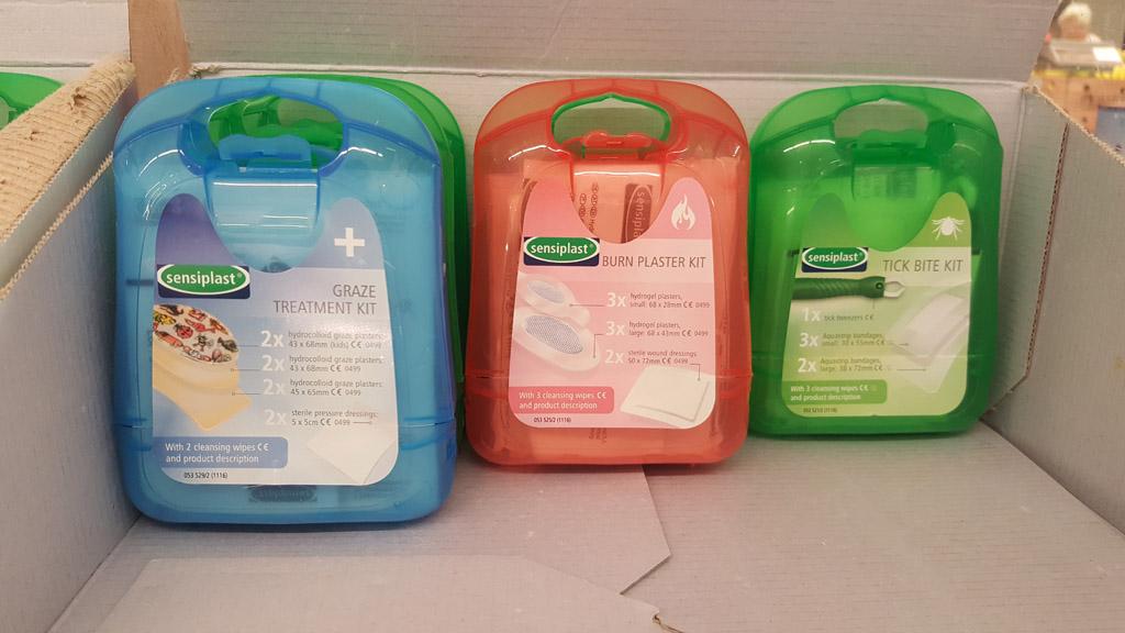 Kant en klare EHBO kits, zelfs verkrijgbaar in de supermarkt (Lidl)