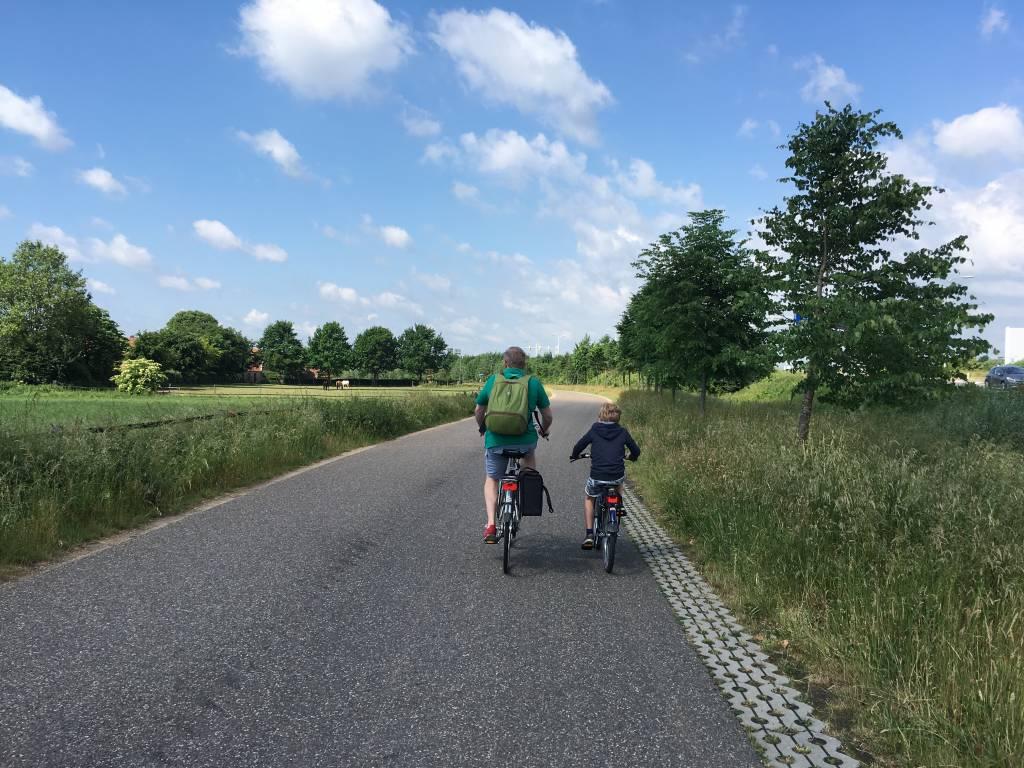 Door de autoluwe wegen kun je vaak makkelijk naast elkaar fietsen