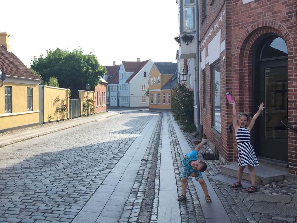 Gratis door het mooie oude centrum van Ribe lopen. Ook kinderen kijken hun ogen uit.
