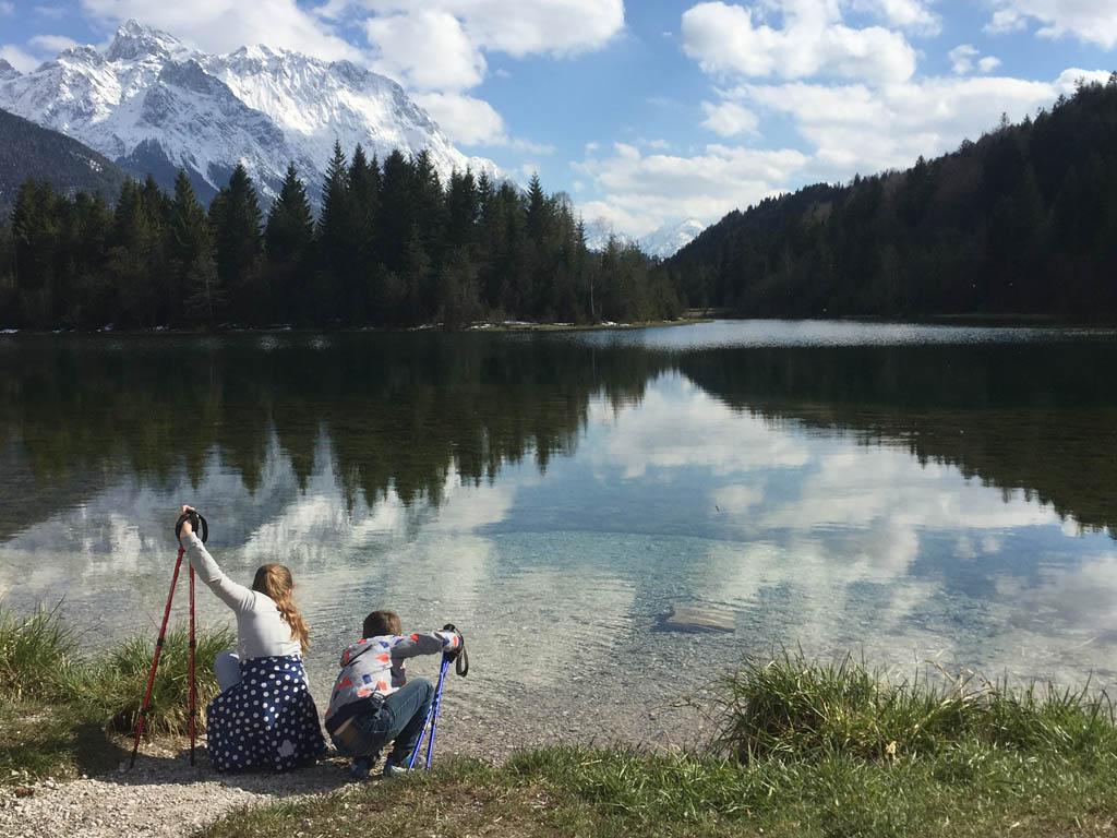 De weerspiegeling van de bergen in het water.