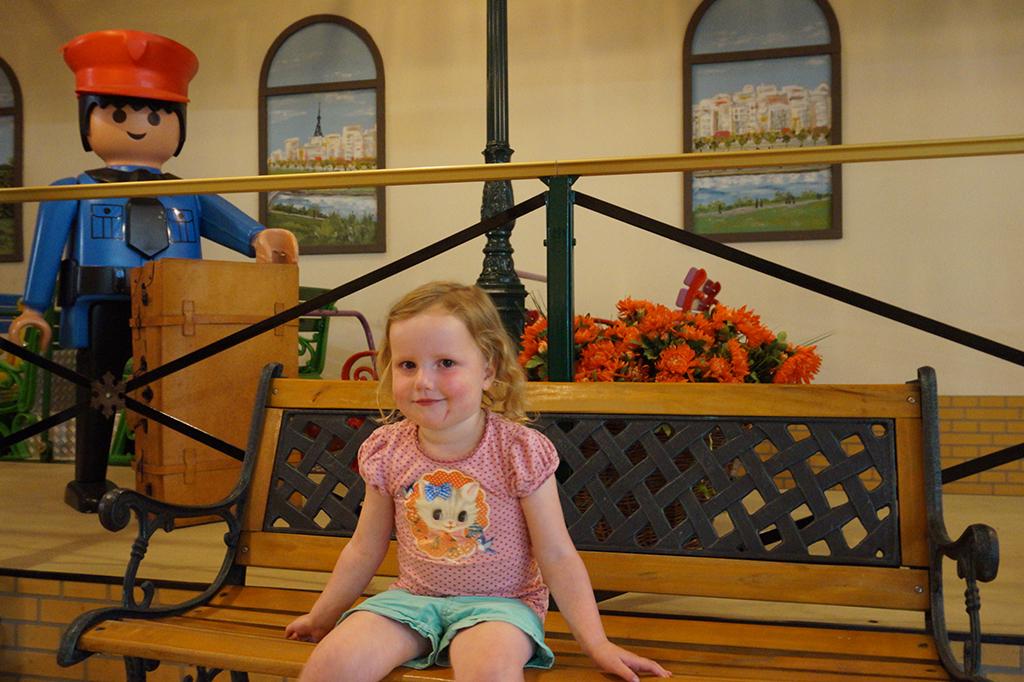 Marchenwald op een bankje op het Reis om de wereldstation