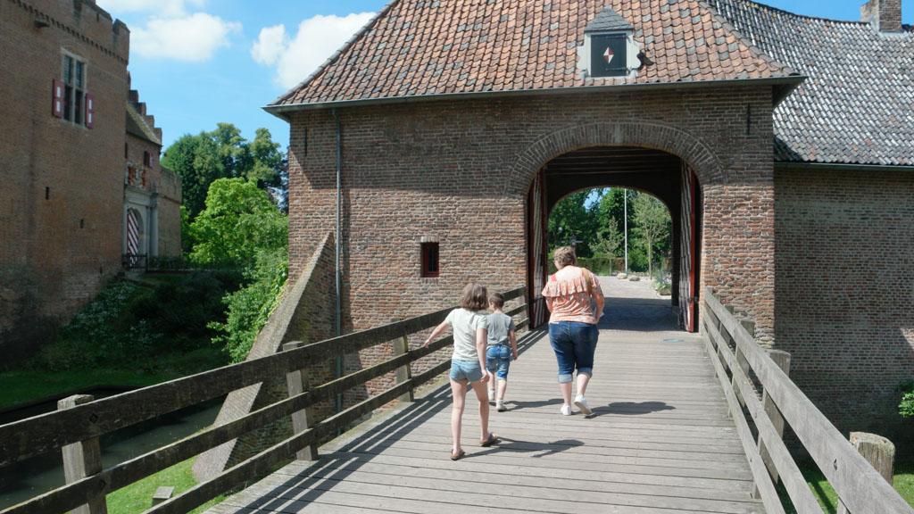 Over het bruggetje en onder de poort door.