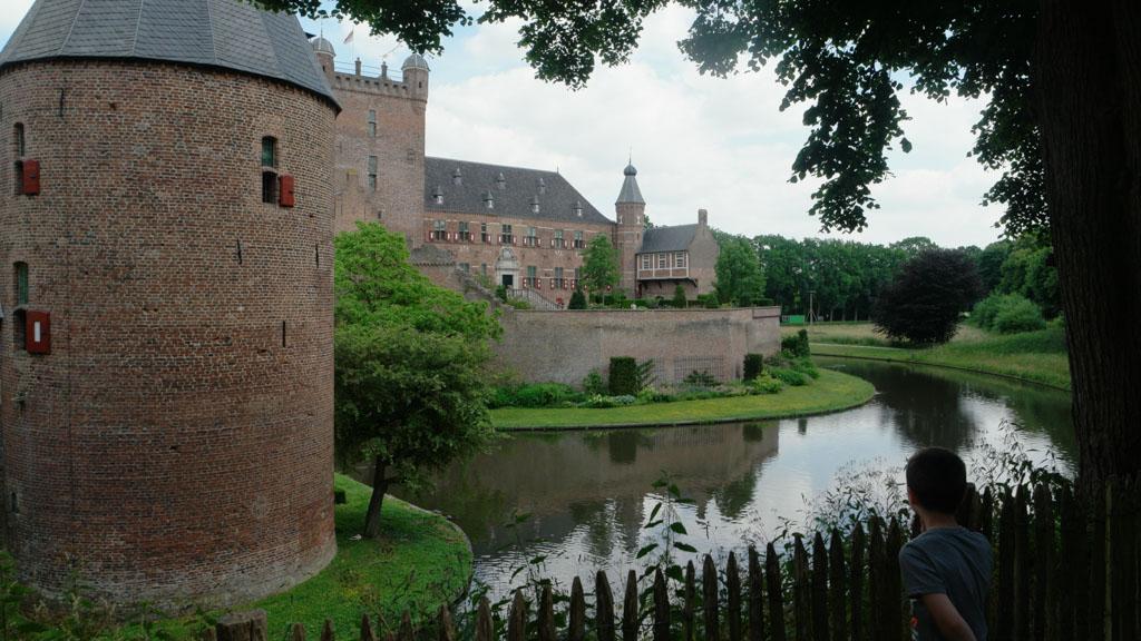 Voordat we weggaan lopen we om het kasteel heen.