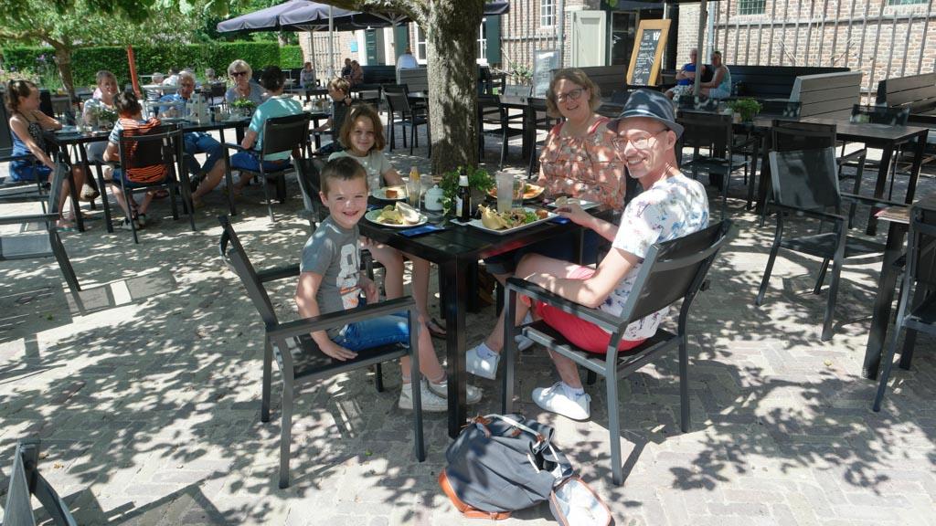 Voordat we naar Ridderslag gaan lunchen we heerlijk bij het restaurant.