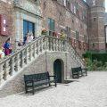We lopen met de hele groep het kasteel in.
