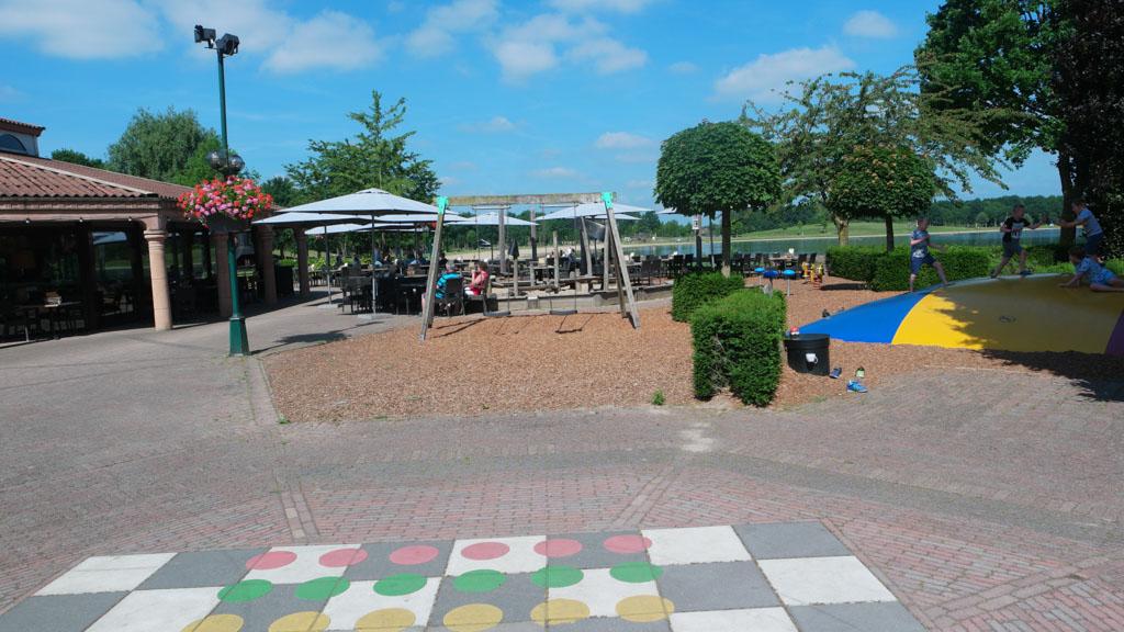Het speeltuintje en de air trampoline bij Timbers Brasserie.