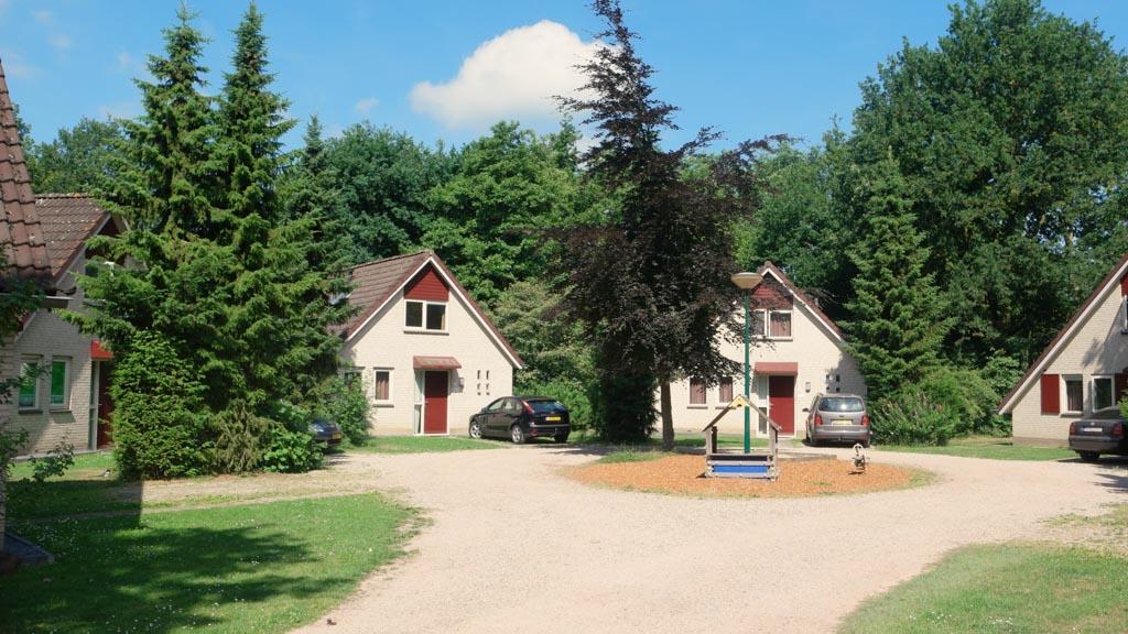 Onderweg zien we ook de andere type huisjes op Landal Stroombroek.