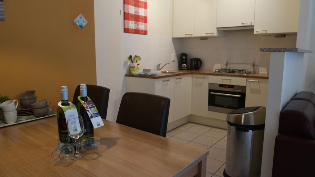 De eettafel met daarachter de keuken.