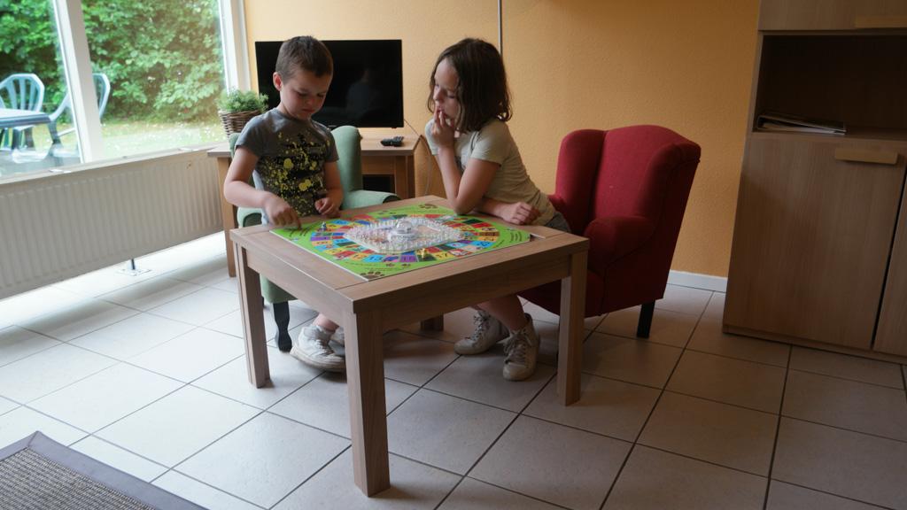 De salontafel wordt meteen verschoven en in gebruik genomen.