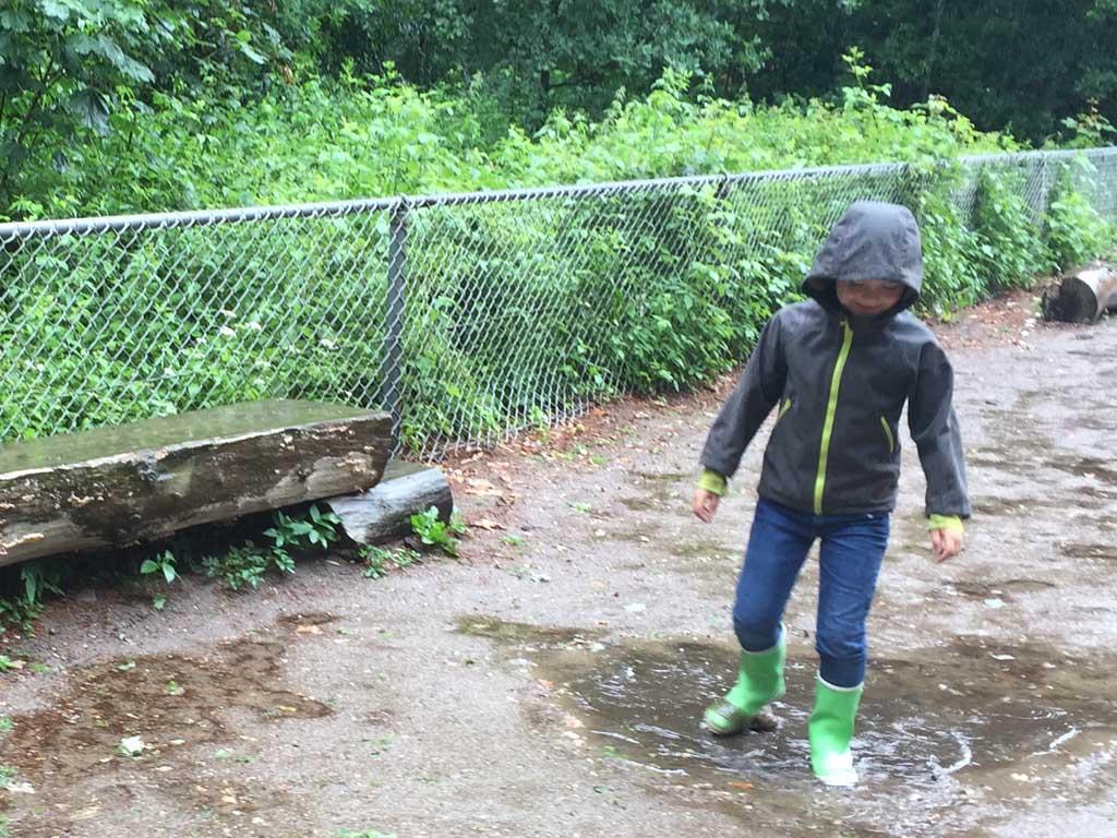 Stampen in de plassen met zijn vrolijke regenlaarzen van Fashionbootz.