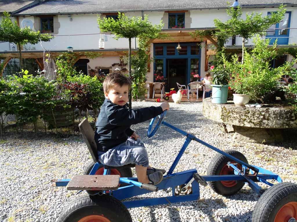 Fietsjes, skelters, bij Moulin des Jarasses is er speelgoed van klein tot groot.