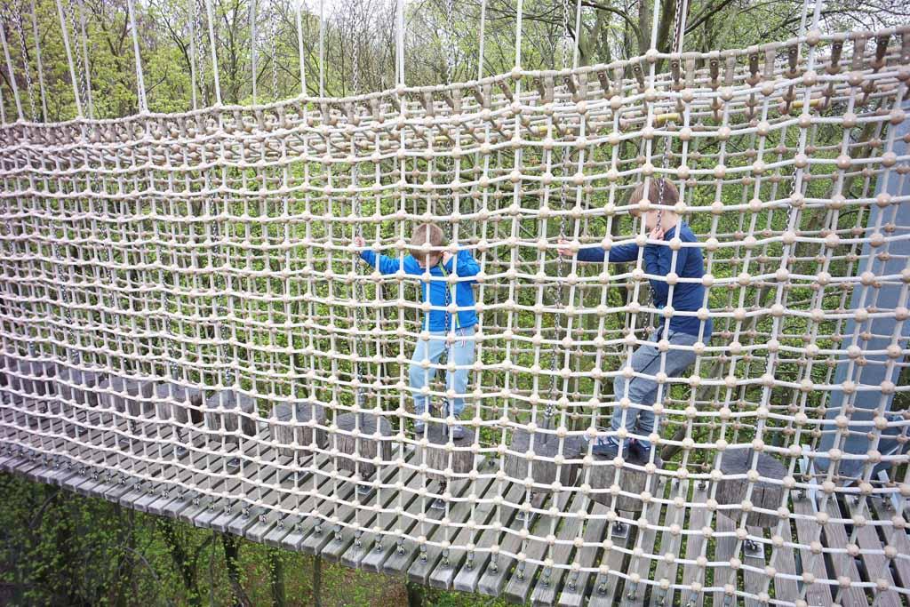 Wij kunnen zelfs hindernissen aan op een touwbrug