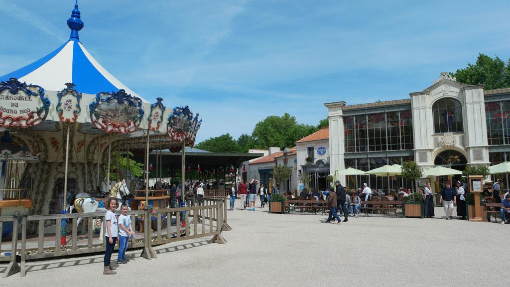 Puy du Fou heeft ook een lieflijke kant met deze draaimolen en de poppen die muziek maken op dit pleintje.