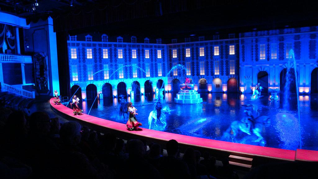 Indrukwekkend: danseressen, paarden en een podium dat onder water staat.