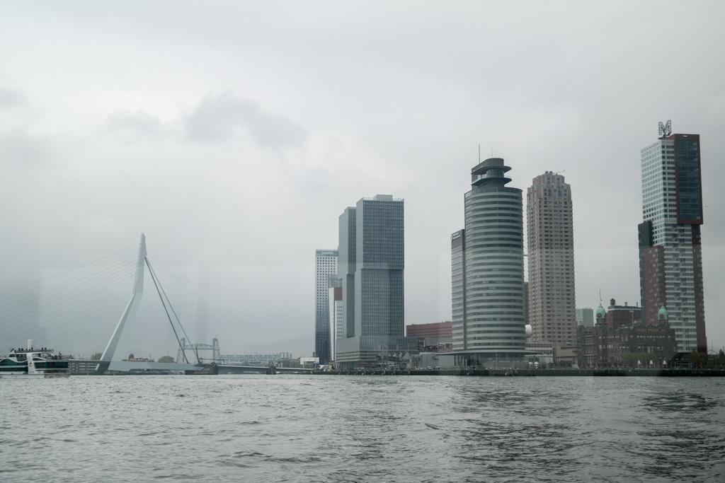 Kop van Zuid en de Erasmusbrug vanaf het water.