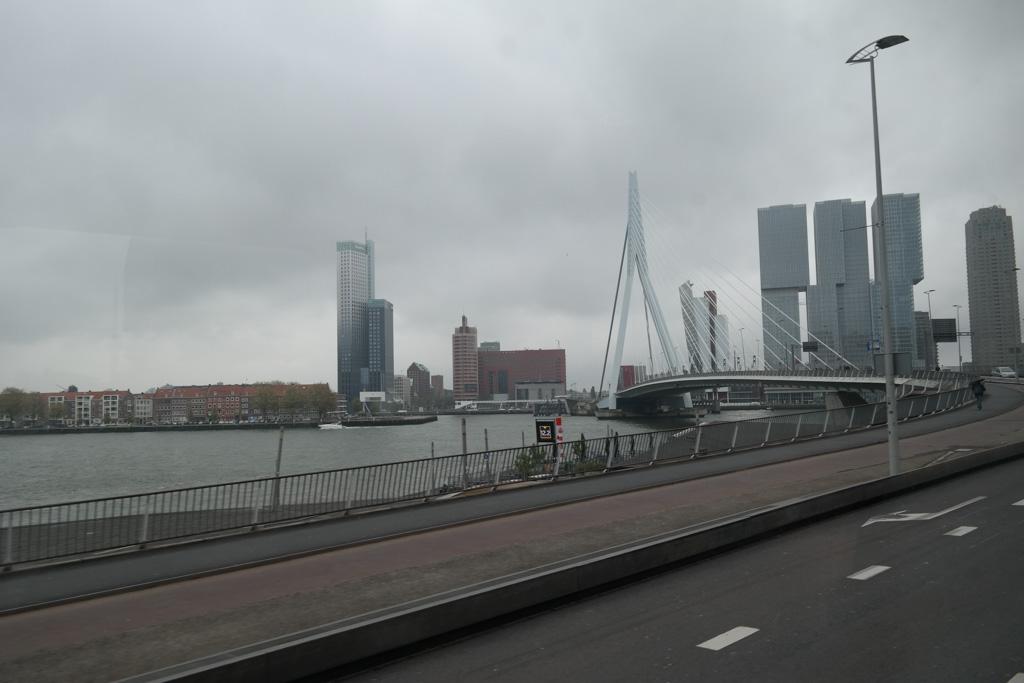 De route over de weg leidt naar de Kop van Zuid en de Erasmusbrug.