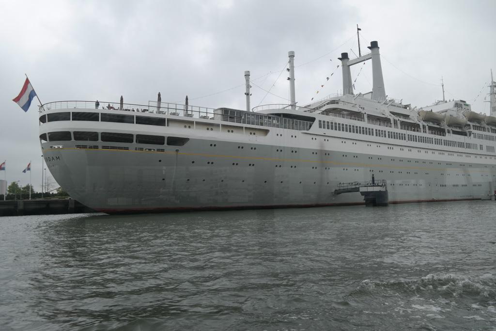 De SS Rotterdam in de haven.
