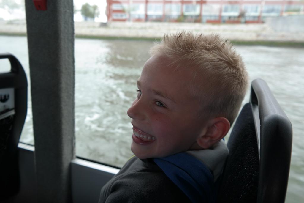 Dikke lol als we in het water varen met de bus.