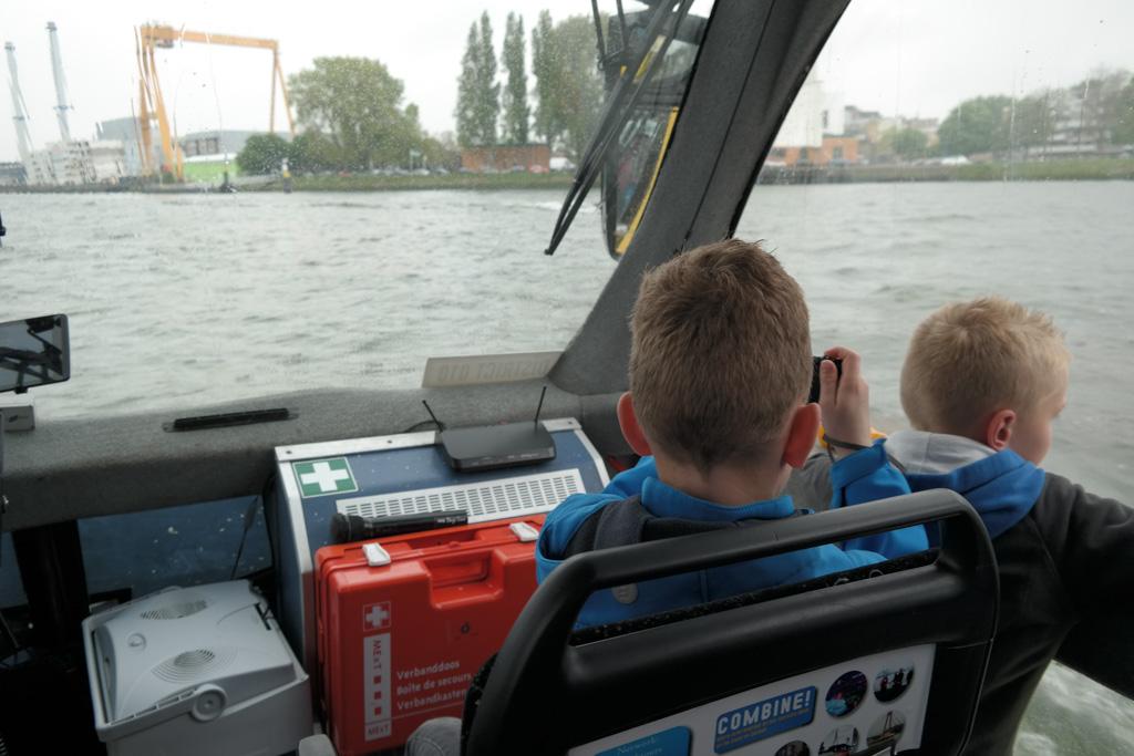 Kinderen mogen om de beurten voorin de bus zitten.