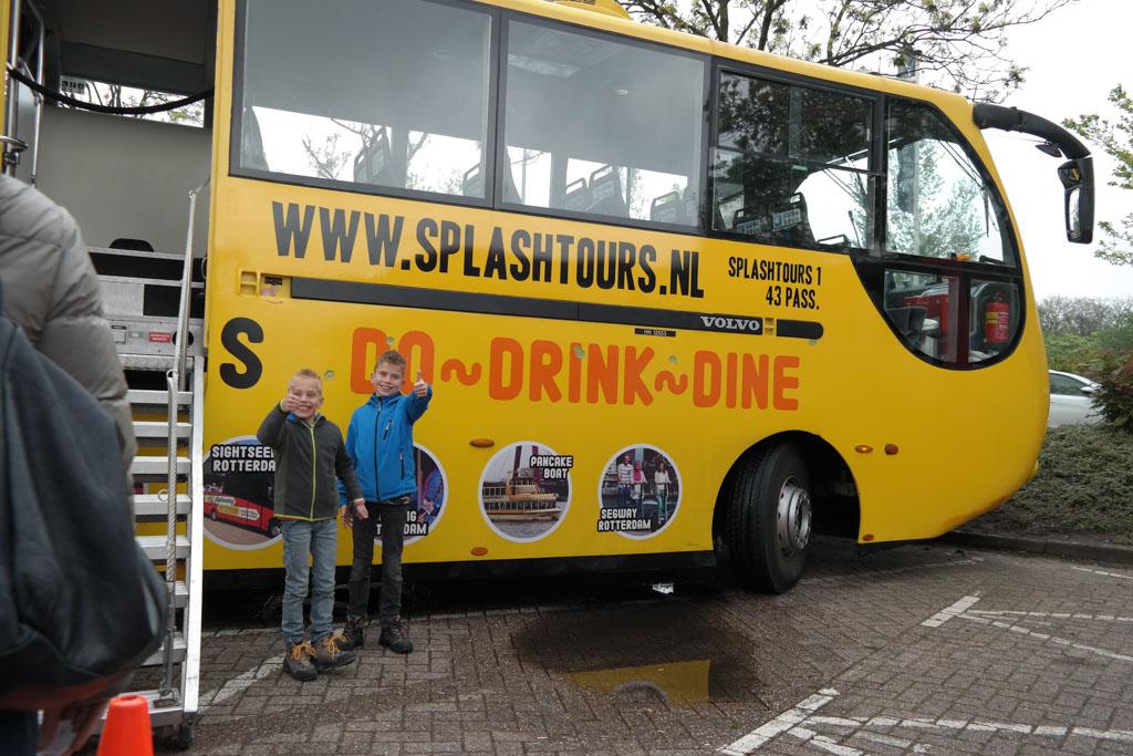 Bij de amfibiebus van Splashtours Rotterdam, klaar om de bus in te gaan.
