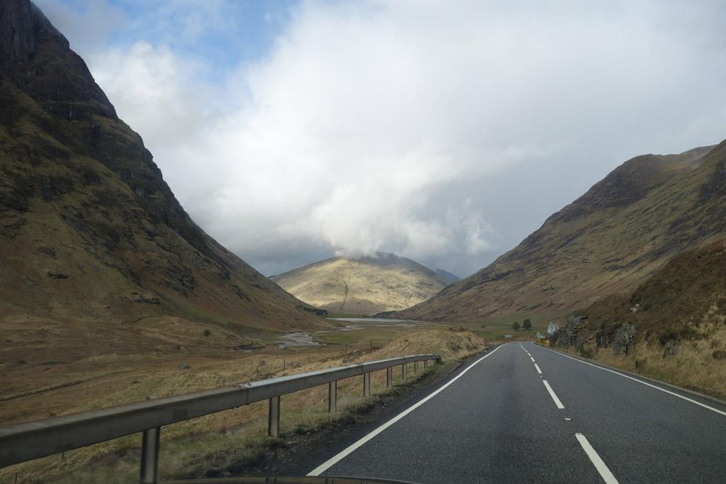 De weg door de Highlands op weg naar Fort William is prachtig voor de Jacobite stoomtrein