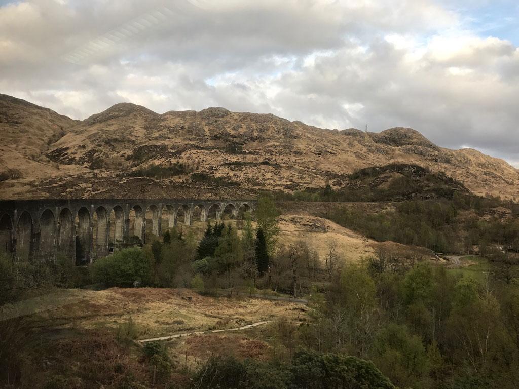 We rijden over het beroemde Glenfinnan viaduct (foto is van de terugweg) jacobite stoomtrein