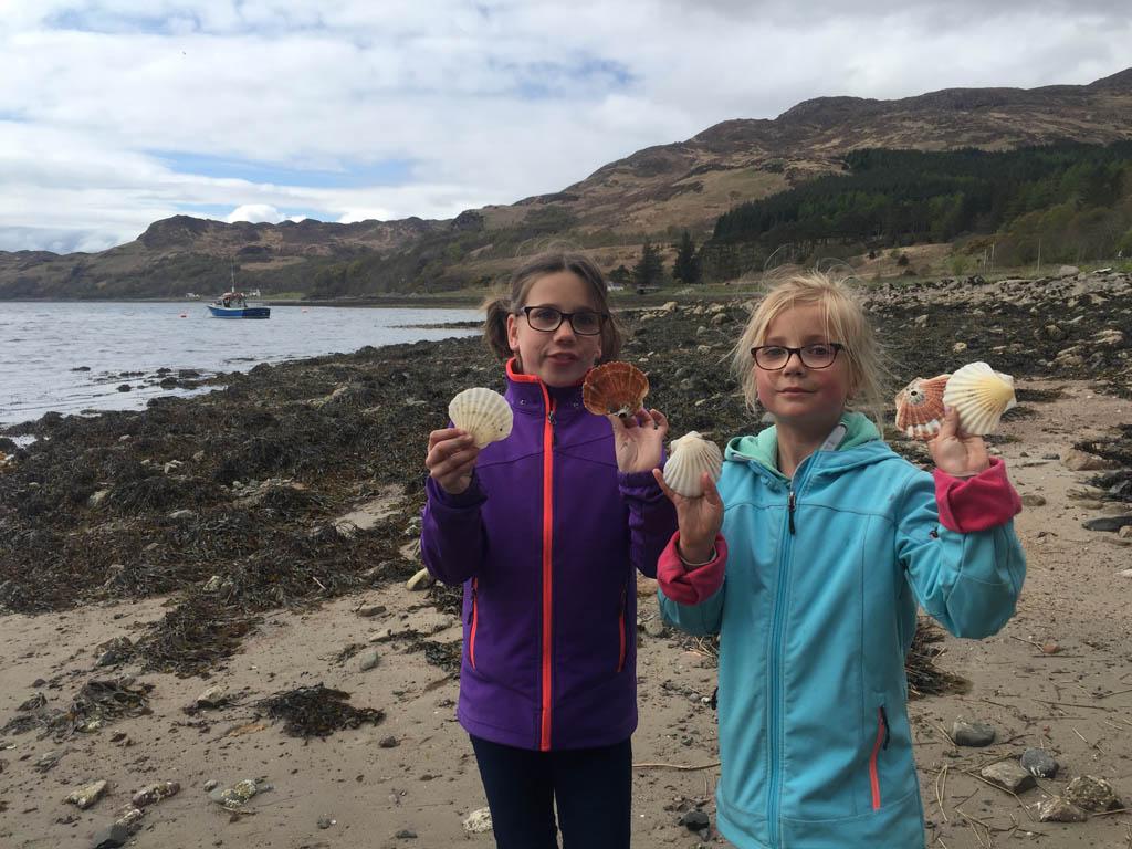 De meiden gaan op zoek naar schelpen en verzamelen een flink aantal mooie grote schelpen die natuurlijk mee naar huis gaan.