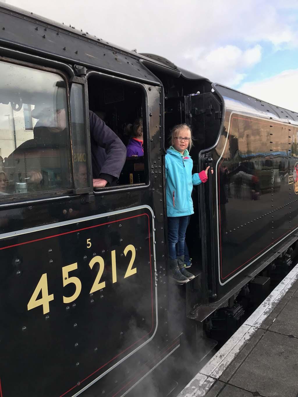 De kinderen mogen ook een kijkje nemen in de locomotief van de Jacobite stoomtrein