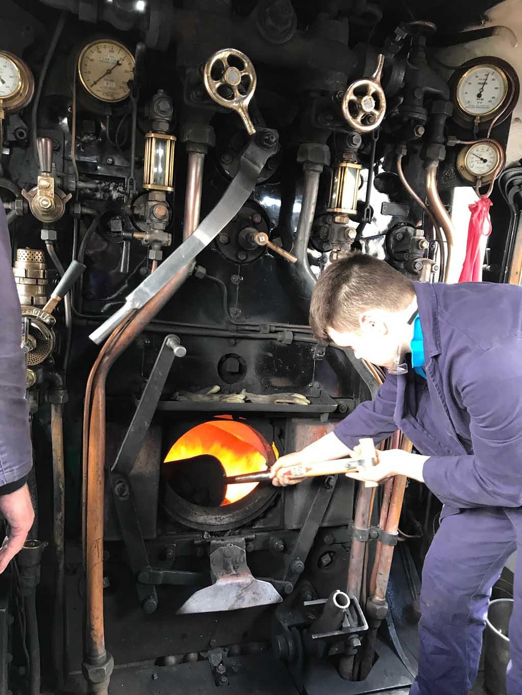 Als de kinderen in de locomotief mogen kijken hebben ze geluk, er moeten nieuwe kolen op het vuur van de jocobite stoomtrein