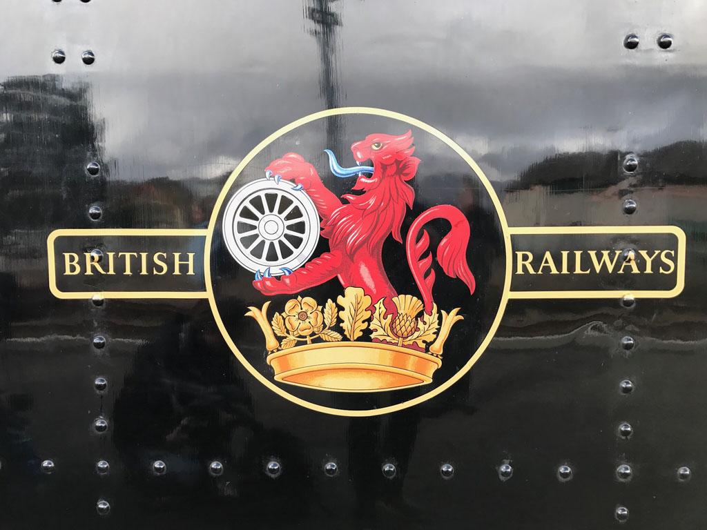 Op de locomotief staat het prachtige logo van de Britse Spoorwegen op de Jacobite stoomtrein.