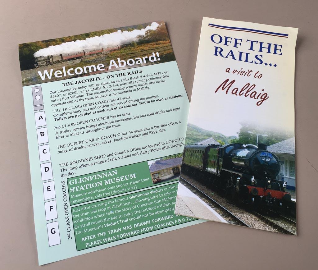 In de trein liggen folders met daarin informatie over de trein, de route en de bezienswaardigheden in Mallaig, jacobite stoomtrein
